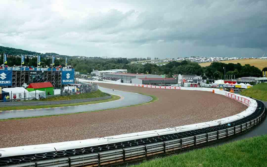 Motorengeräusche, Dauerregen & trotzdem richtig gute Laune – zur MotoGP geht's nicht nur AUF dem Sachsenring rund…