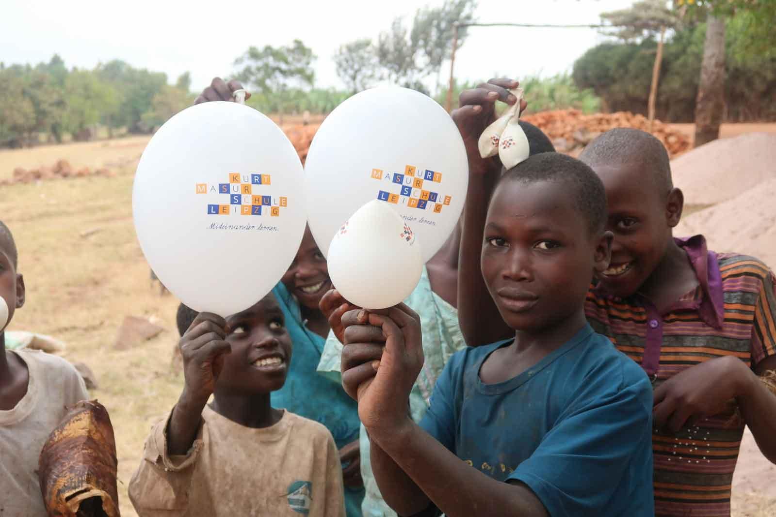 TEAMBRENNER spendet für Kurt Masur Schule Leipzig Freude in Tansania